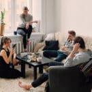 Invitare persone a casa e come comportarsi: allarme ospiti!