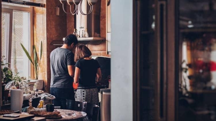 Coppia in cucina durante la convivenza in quarantena
