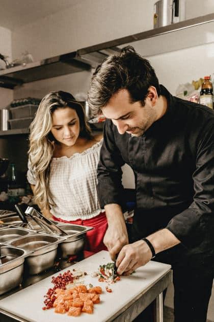Cucinare insieme: come riaccendere la passione nella coppia • cucinare insieme