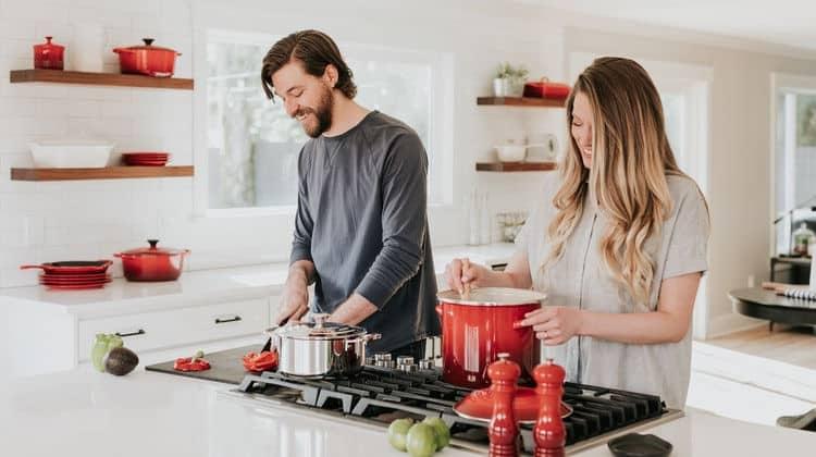 Cucinare insieme alla tua dolce metà: benefici e consigli • cucinare insieme